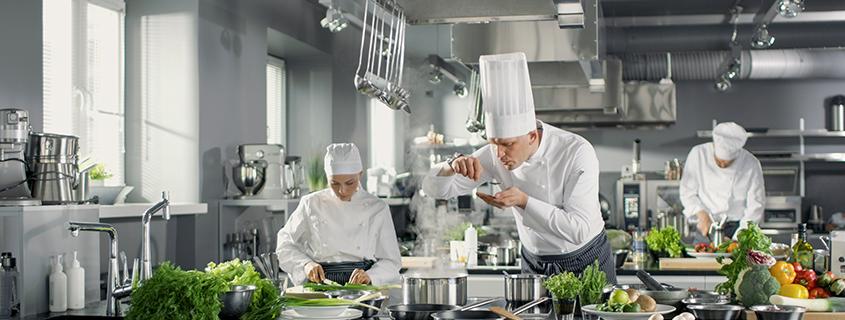 Gastronomen und Köche bei der Arbeit in einer Restaurantküche