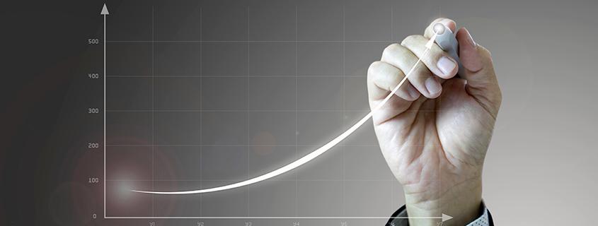 Investoren-Hand zeichnet aufsteigende Linie auf Koordinatenachse